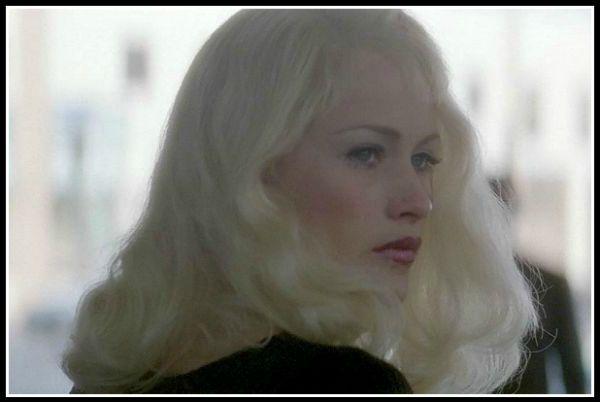 Блонди оглядывается